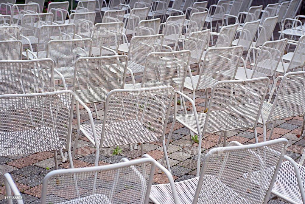 Weiße Stühle in cure garden of Bad Reichenhall – Foto