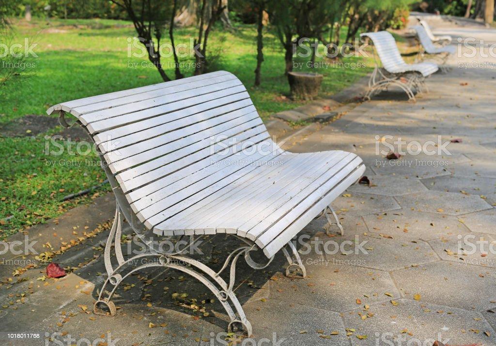 Sillas blancas en el parque público. - foto de stock