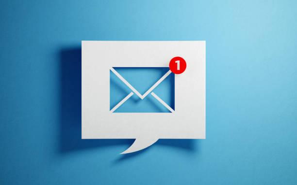 белый чат пузырь с символом электронной почты на синем фоне - сообщение стоковые фото и изображения