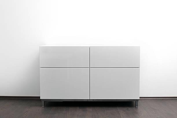 white kommode mit schubladen in leuchtendem minimalismus innenraum - schubladenkommode weiß stock-fotos und bilder