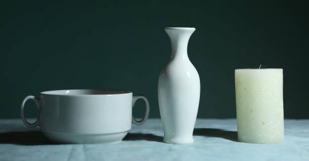 weißware glas schüssel und kerze stillleben - bemalte muscheln stock-fotos und bilder