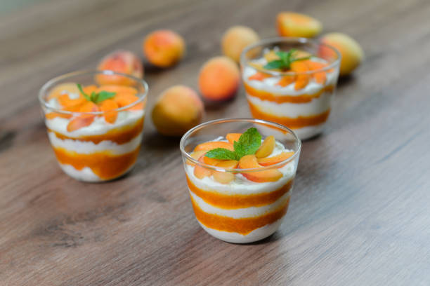 weiße schokoladenmousse mit aprikosen und minze - dessert mit quark stock-fotos und bilder