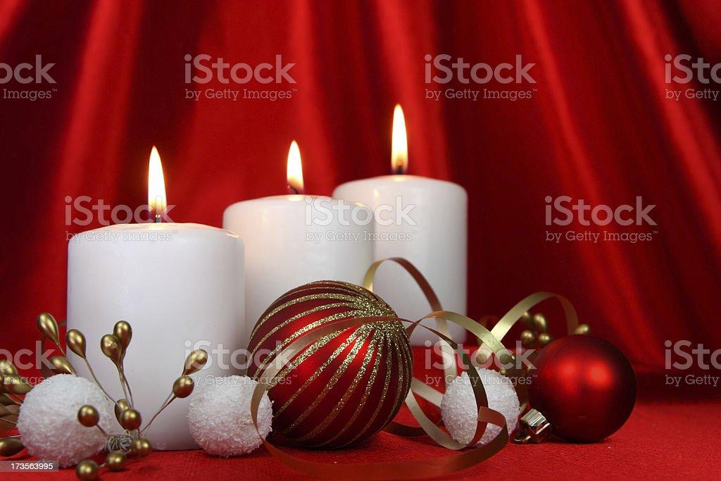 Decorare Candele Bianche : Candele natalizie e sfere bianche su sfondo rosso in raso