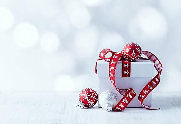 Bianco regalo di Natale con nastro rosso - foto stock