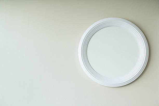 weißer kreis rahmen auf weiße wand, weißen putz frame raumdekoration - wandspiegel weiß stock-fotos und bilder