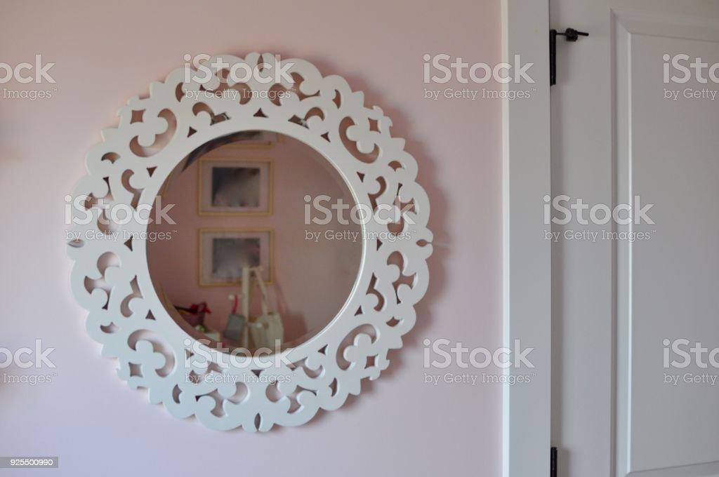 Weisser Runder Spiegel An Rosa Wand Im Schlafzimmer Stockfoto Und Mehr Bilder Von Babyzimmer Istock