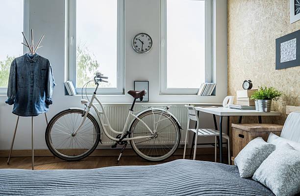 weiß stadt fahrrad - schlafzimmer teenager stock-fotos und bilder