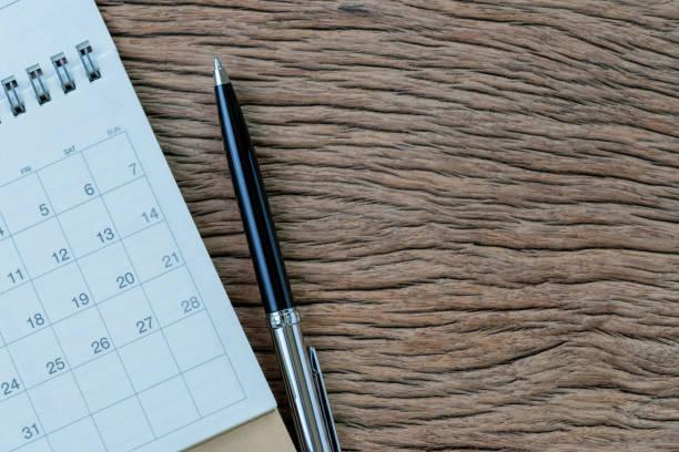 weißen sauberen kalender mit stift auf holztisch hintergrund mit textfreiraum, business meeting planen, reisen planen oder projekt meilenstein und erinnerung-konzept - einfache holzprojekte stock-fotos und bilder