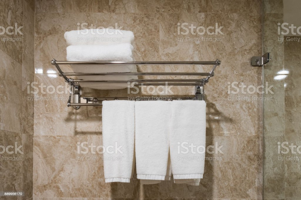 Weißen Sauberes Handtuch Aufhängen Mit Gestapelt Auf Der ...