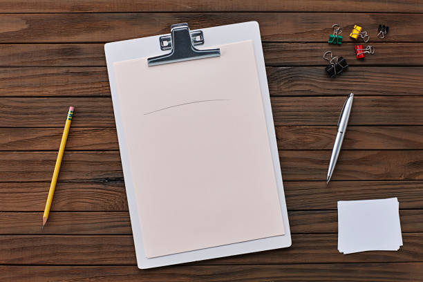 vita urklipp med blankt papper och kontorsmateriel på en trä bakgrund - linjerat papper bakgrund bildbanksfoton och bilder