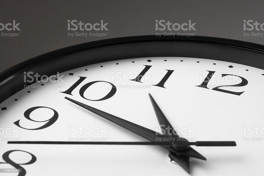 Reloj de color blanco con borde negro sobre fondo gris - foto de stock