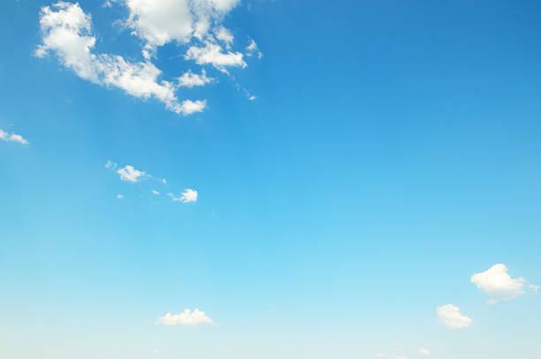 Weiße Wolken gegen blauen Himmel – Foto