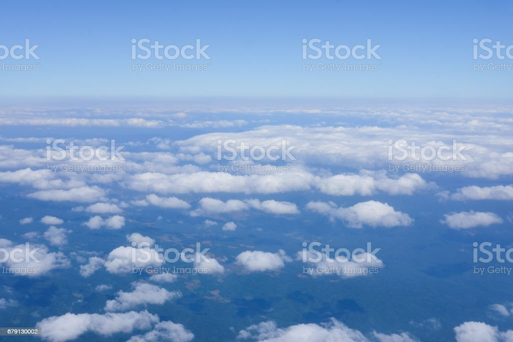 White clouds and blue sky view from airplane window photo libre de droits