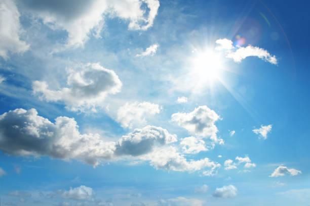 푸른 하늘에 하얀 구름과 태양 - 구름 뉴스 사진 이미지