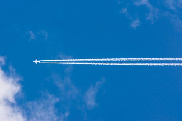 Weiße Wolken blauer Himmel flauschige Sonnenweg Flare Flugzeug sonnige tagsüber Textur Hintergrund – Foto