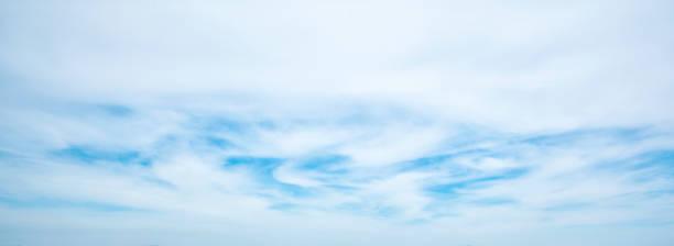 Weißer bewölkter blauer Himmel – Foto