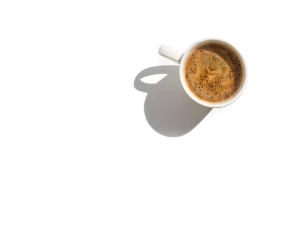 tasse blanche de café sur la vue supérieure de table blanche avec l'espace de copie - tasse flat photos et images de collection