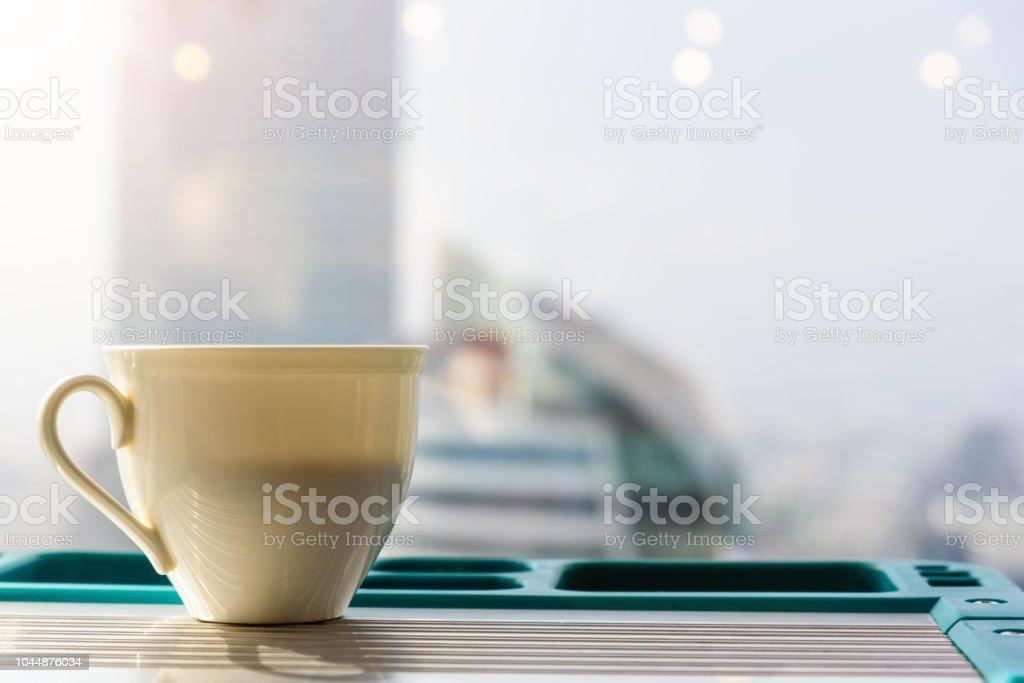 Beyaz kahve kupa koy masada ve arkadan görünüm veya bina ve gök backgorund. stok fotoğrafı