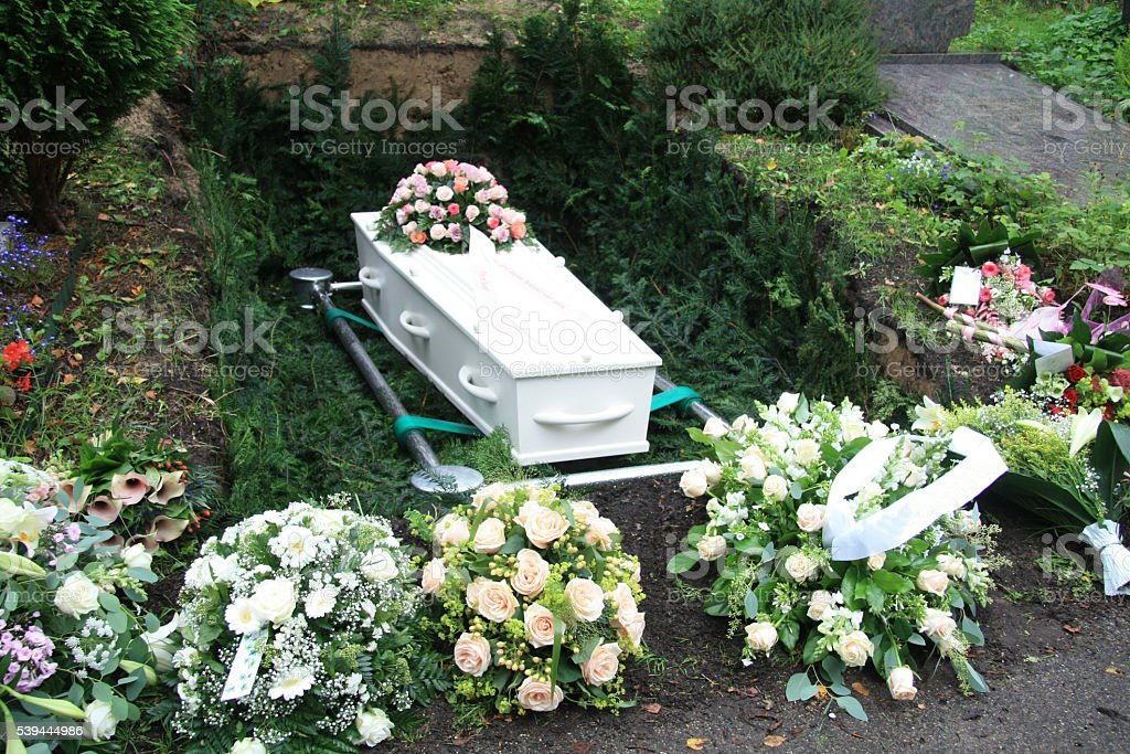 Weißen Sarg Mit Rosa Mitgefühl Blumen - Stockfoto | iStock