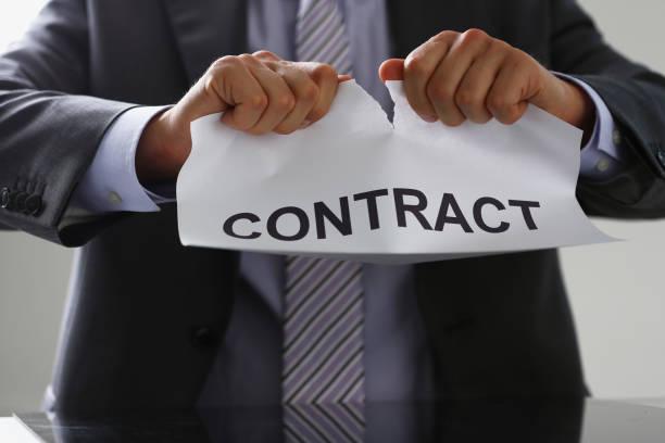 schreibtischarbeiter in anzug und krawatte, träne - kündigung arbeitsvertrag stock-fotos und bilder