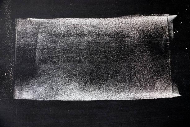 weiße farbe chak handzeichnung in reihe von linie oder quadratische form auf tafel hintergrund - scribble stock-fotos und bilder