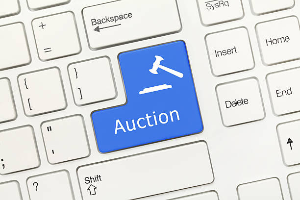 Weißen konzeptionelle Tastatur-Auktion (blue key – Foto
