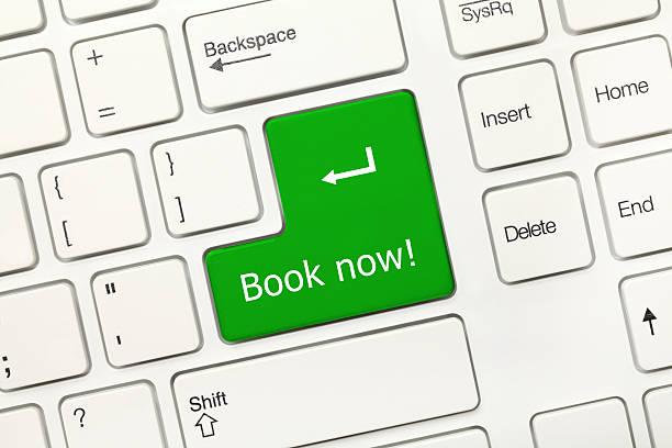 Weißer Tastaturentwurf-Buchen Sie jetzt (grüne Taste) – Foto