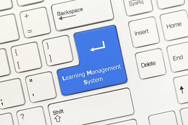 Weißer Tastaturentwurf-Learning Management-System (blaue Taste) – Foto