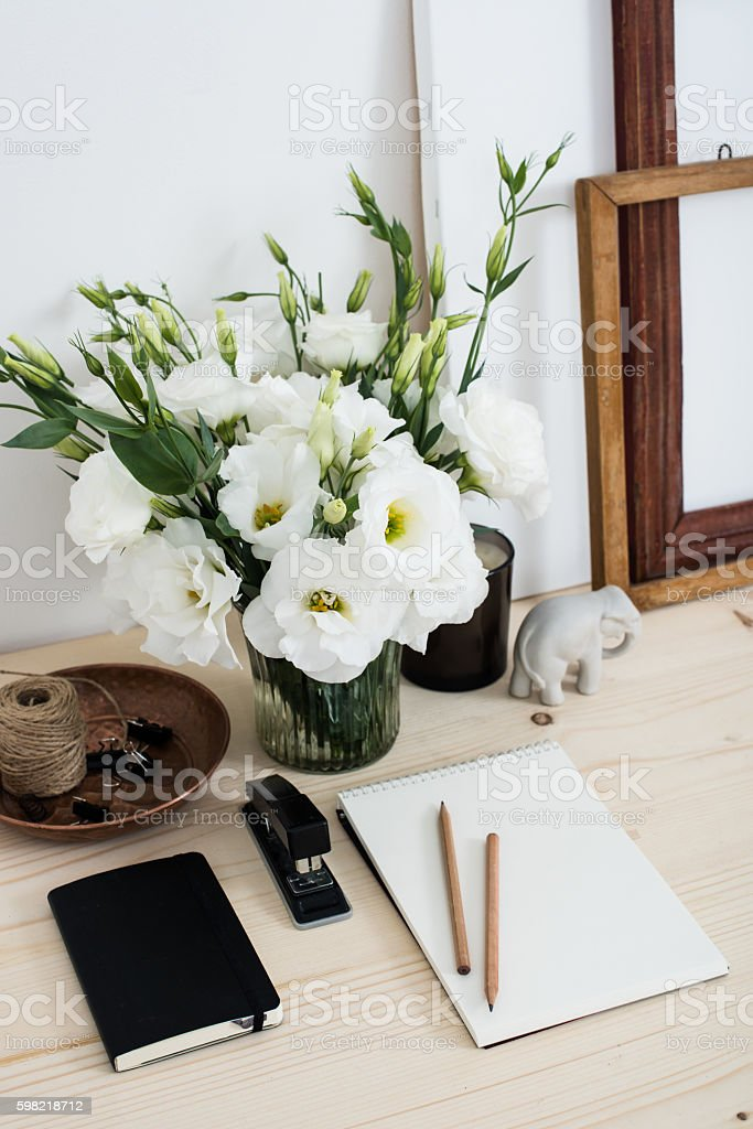 White contemporary feminine work desk with flowers foto royalty-free