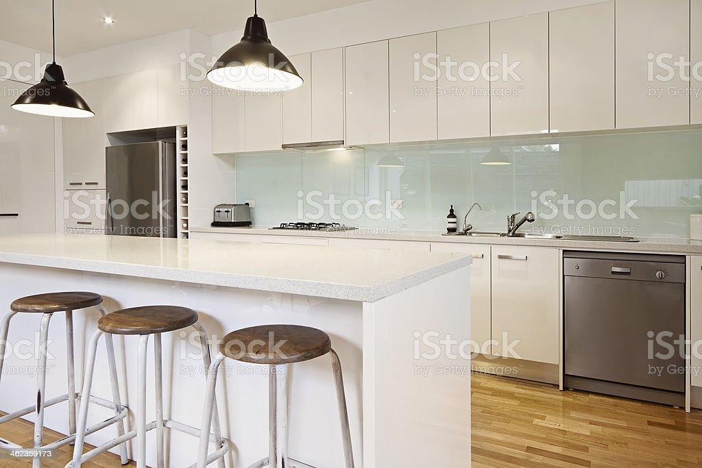 Weiße Moderne Küche Mit Insel Stockfoto und mehr Bilder von ...