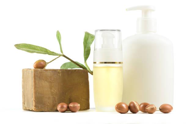 Beyaz kozmetik şişe ve kapları argan meyve ile stok fotoğrafı