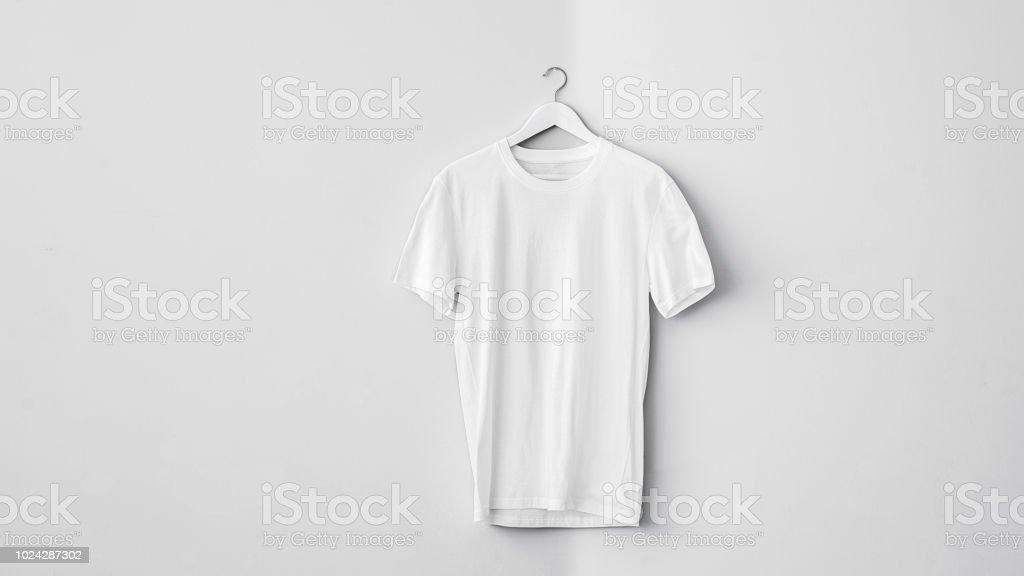Camiseta de algodón blanco en suspensión - foto de stock