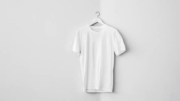 Weißes T-shirt aus Baumwolle auf Kleiderbügel – Foto
