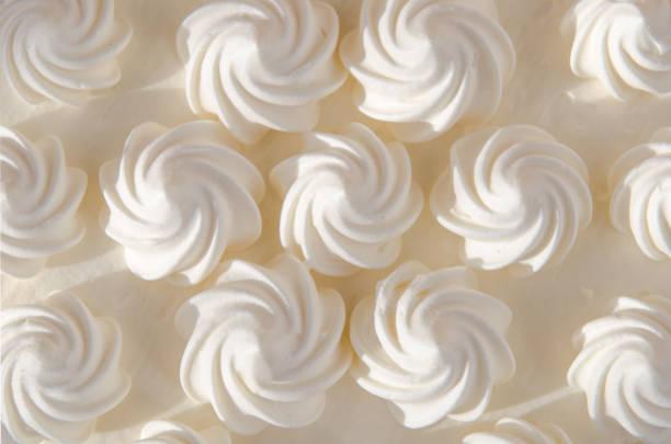 crème blanche sur gâteau au soleil. fond, texture - glaçage photos et images de collection