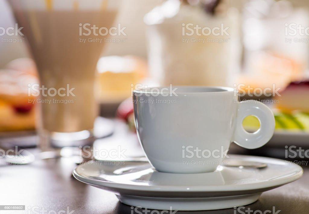 Weiße Tasse Kaffee und dessert – Foto