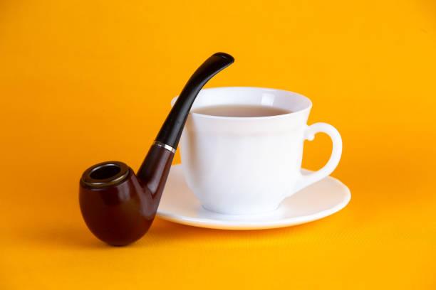 taza blanca de café y pipa - gerardo huitrón fotografías e imágenes de stock