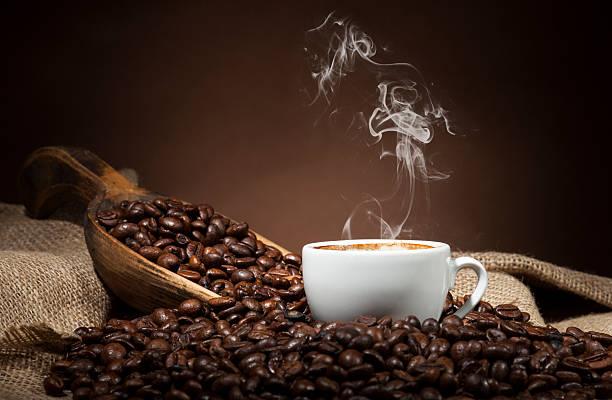 biały kubek z kawa fasoli na ciemnym tle - coffee zdjęcia i obrazy z banku zdjęć