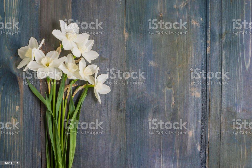 Coeur et jonquilles blanc - Photo