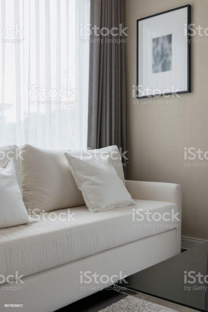 Enjoyable Dekorative Kissen Auf Einem Lassigen Sofa Im Wohnzimmer Machost Co Dining Chair Design Ideas Machostcouk