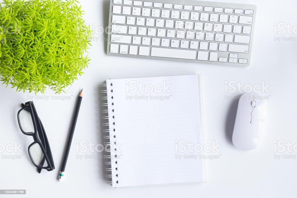 9c256d5e9324a9 Witte Bureau Kantoor Met Laptop Smartphone En Andere Benodigdheden ...
