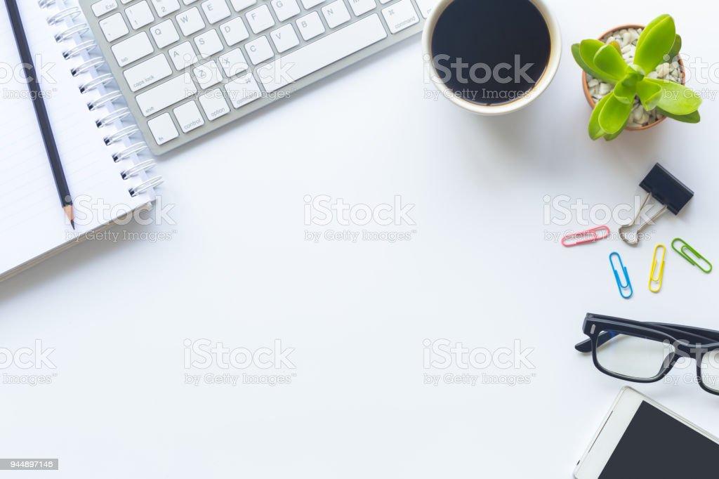 Weißer Schreibtisch Büro mit Laptop, Smartphone und anderen Hilfsgütern mit Tasse Kaffee. Draufsicht mit textfreiraum für die Eingabe des Textes. Designer Arbeitsbereich auf Tischplatte legen Ansicht wesentliche Elemente auf flachen. – Foto