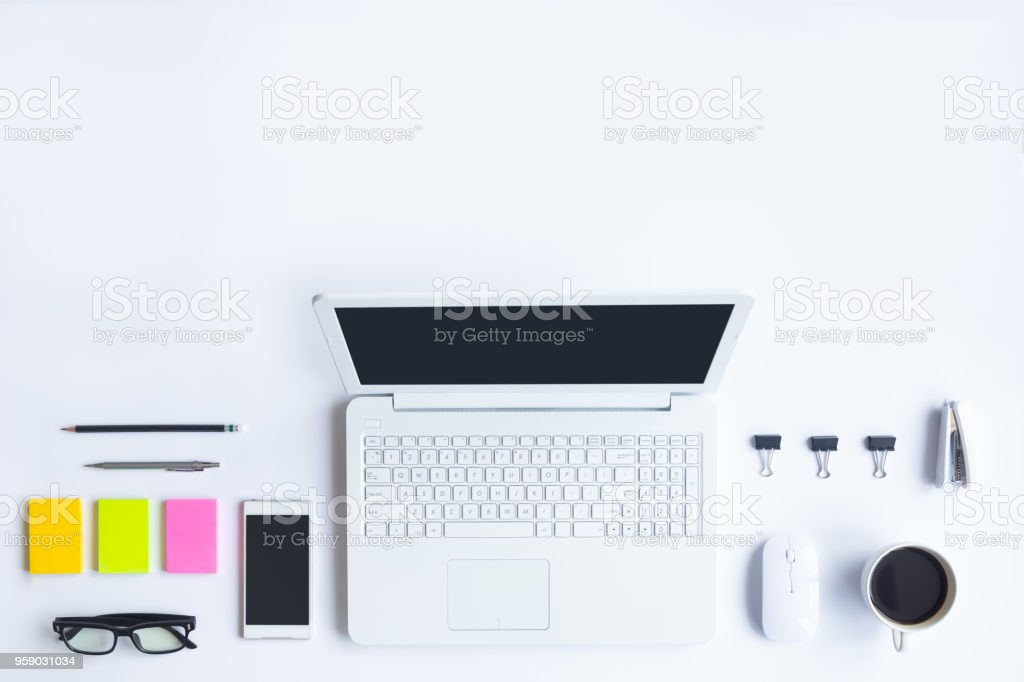 Bureau de bureau blanc avec ordinateur portable smartphone et