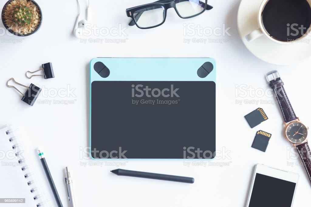 Witte Bureau kantoor met laptop, smartphone en andere benodigdheden met kop koffie. Bovenaanzicht met kopie ruimte voor inbreng van de tekst. Ontwerper werkruimte op schrijftafel toppunt, weergave met essentiële elementen op vlakke leggen. - Royalty-free Accountancy Stockfoto