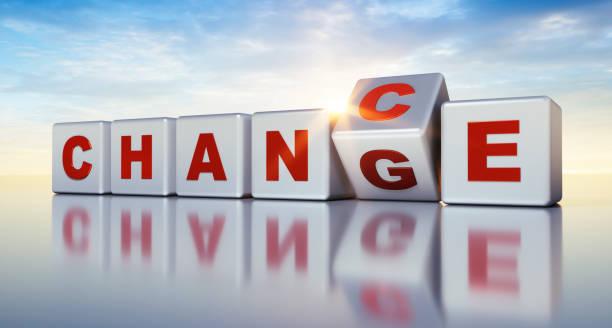 テーブルの上の白いサイコロは、言葉のチャンスと変化を形成します - 機会 ストックフォトと画像