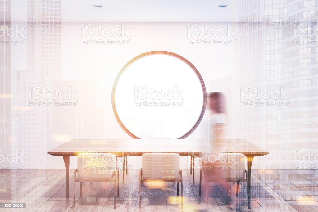 Salle à manger blanc intérieur, fenêtre ronde tonifié - Photo de Acier libre de droits