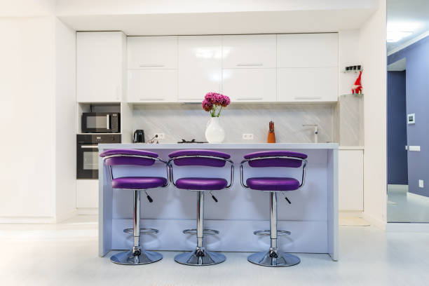 weißen esstisch in modernen küche - küche lila stock-fotos und bilder