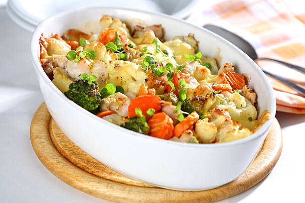 gebackene gemischte gemüse - huhn brokkoli auflauf stock-fotos und bilder