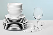 ホワイトのお料理と多彩なワイングラスのクリスタルブルーの背景