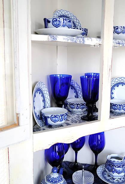 white präsentation hinter glas mit blauem und weißem porzellan - vitrinenschrank stock-fotos und bilder