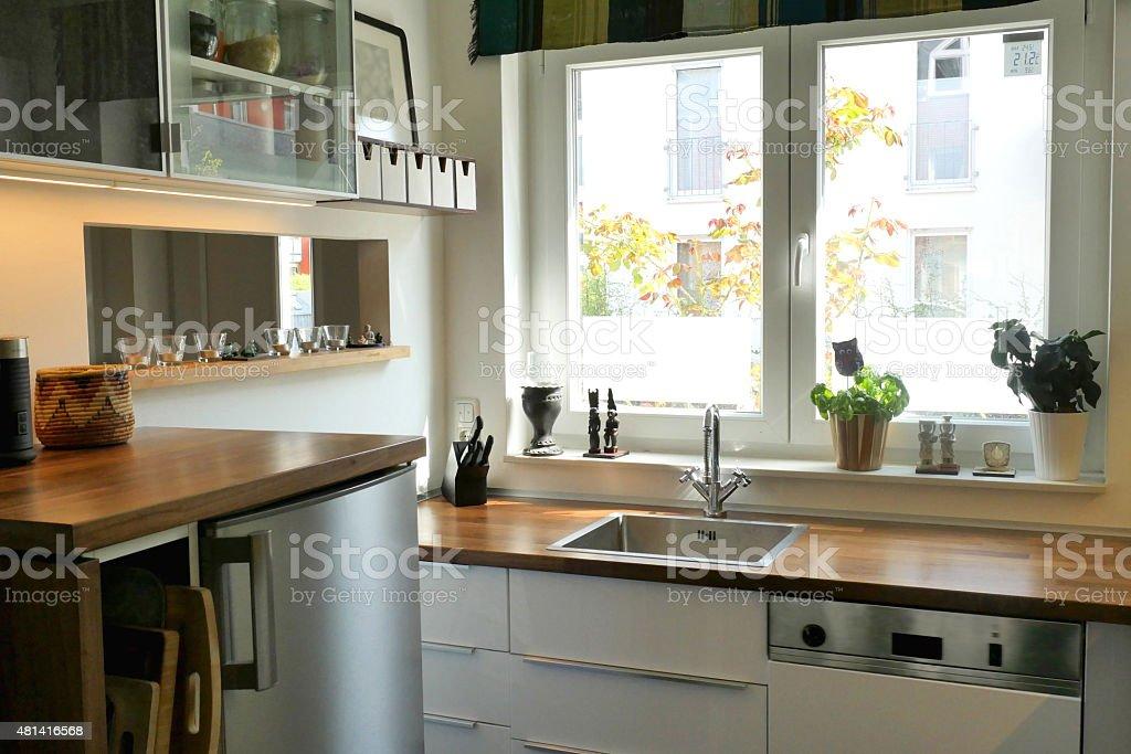 Bianco interni cucina con lavello davanti a una finestra fotografie stock e altre immagini di - A finestra testo ...